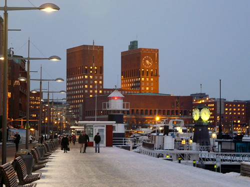 L'hôtel de ville d'Oslo vu d'Aker Brygge