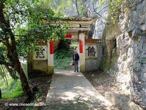 Puerta de acceso a un templo budista en el area de Xingping