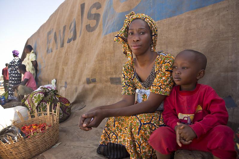 Aicha, 28 anos, espera com seu filho de 4 anos para pegar o barco do porto de Mopti para Timbuktu. Ela deixou sua casa em Timbuktu em abril de 2012, quando grupos rebeldes tomaram conta da cidade. Ela encontrou abrigo na casa de um primo, na capital Bamako. 'Eu não queria mais ser um peso para a família do meu primo, escutei que as coisas tinham melhorado em Timbuktu, então decidi voltar.' Foto: ACNUR/H. Caux (fevereiro de 2013)