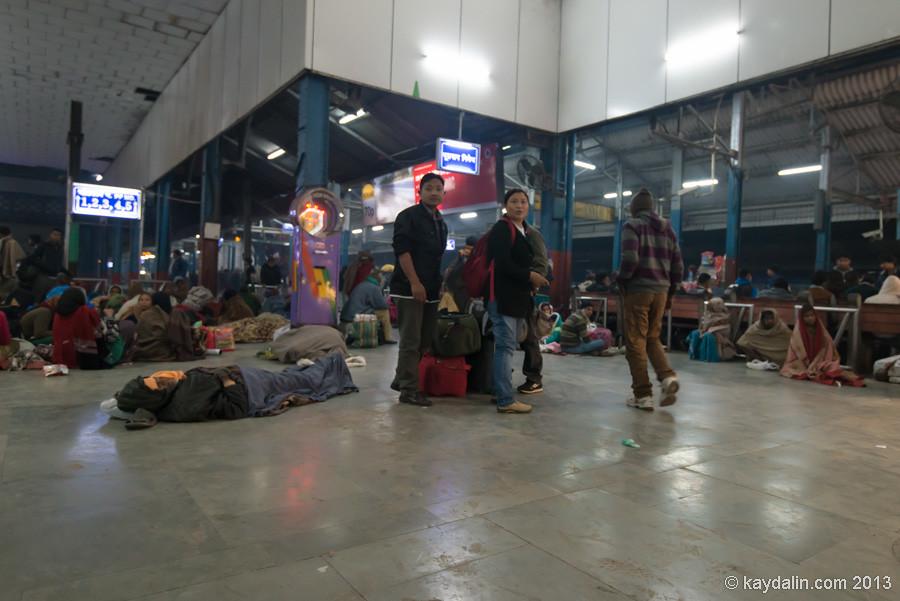 Станция железная дорога в Дели, Индия