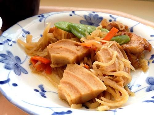 今日の社食は鶏肉と車麩のピリ辛煮。420円。