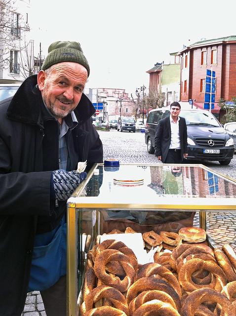 Smiling simit seller, Istanbul, Turkey イスタンブール、シミット売りのおじいさん