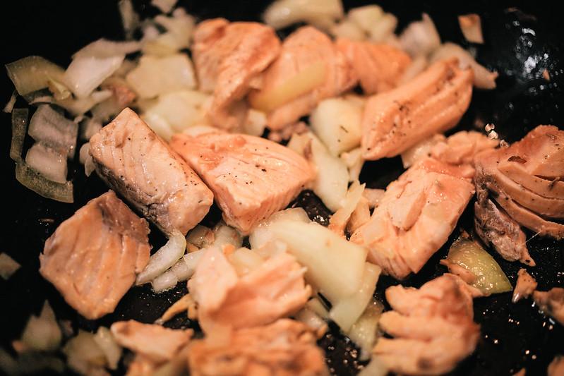 自創三文魚碎飯。