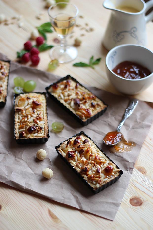 Tartaletas de galleta con crema pastelera y frutos secos