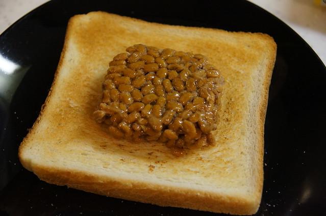 食パンに納豆乗せた