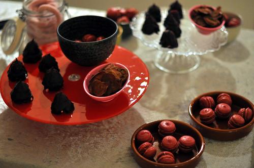Rødbedemarshmallows, rødbedeflødeboller, rødbedechips med lakrids og rødbedemacarons med fyld af rødbedecurd, solbær og kaffe