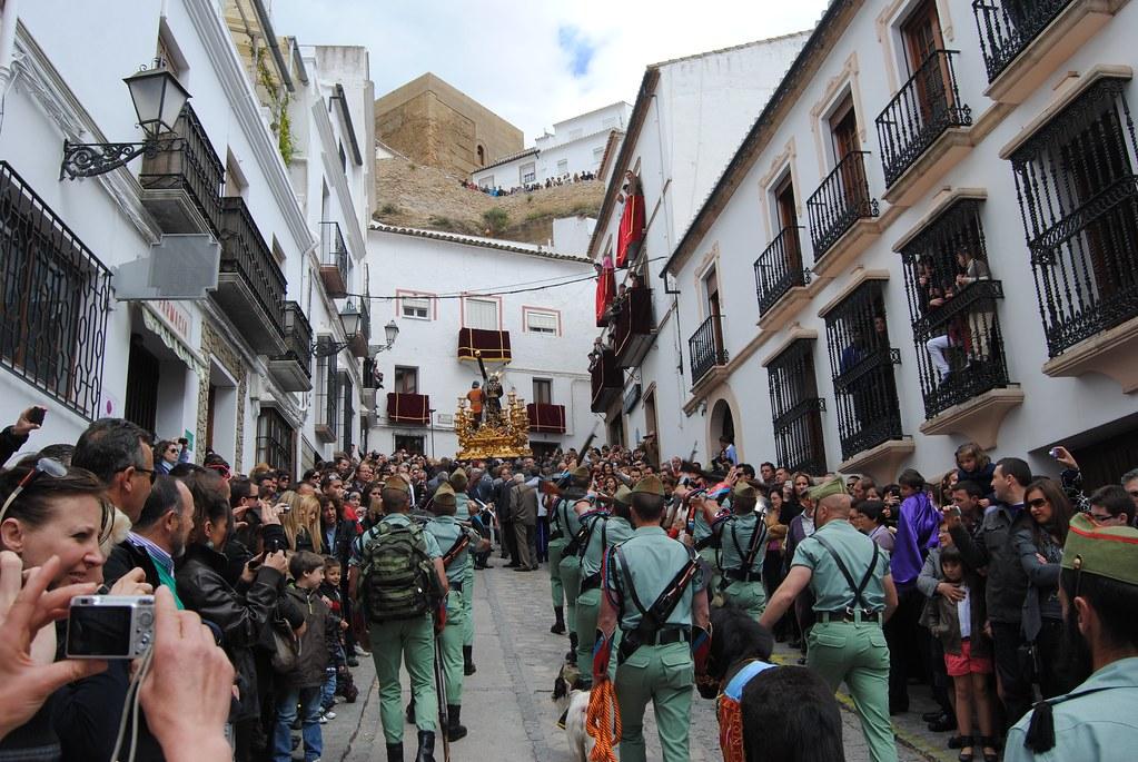 La presencia de la La Legión en la cuesta de la Plaza de la Constitución despierta pasiones en oda la comarca.FOTO: ÁNGEL MEDINA LAÍN