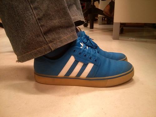 zapatillas adidas azules con rallas blancas como la caja de adidas originals