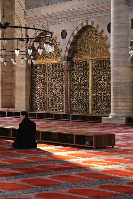 A prayer in Suleymaniye Mosque, Istanbul, Turkey イスタンブール、スレイマニエ・モスクで祈る男性