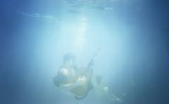 [フリー画像素材] 人物, 男性, 音楽, ギター, プール, 水中, 青色・ブルー ID:201302170400