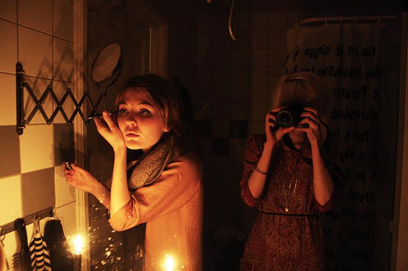 Iris och jag på toaletten på indienfest