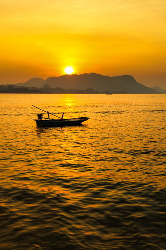 travel sunset mountain seascape beach silhouette evening boat afternoon sundown malaysia rays langkawi sunrays 日落 sunsetting lateafternoon blacksandbeach 马来西亚