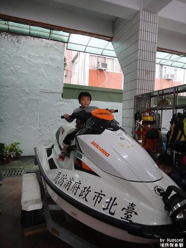 宇哥騎消防水上摩托車