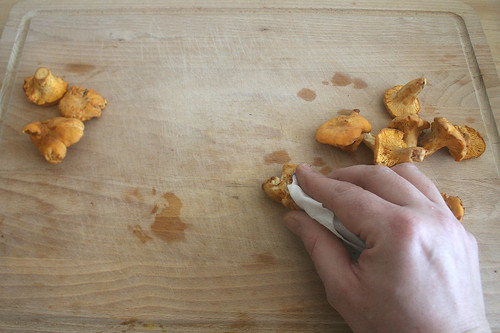 34 - Pfifferlinge reinigen / Clean chanterelles