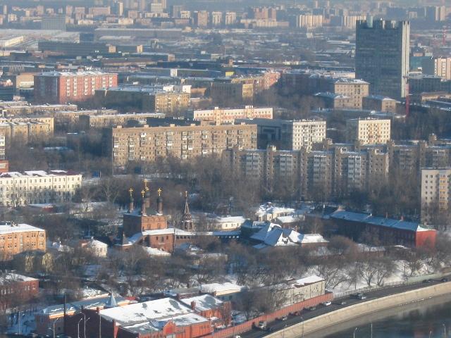 На переднем плане — здания Мосводоканала, а за ними — Крутицкое подворье