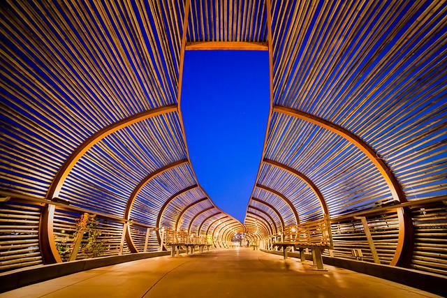 Puente del centro comercial Dos Lagos, Corona, California