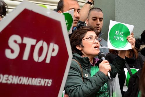 Mujer hablando en un escrache anti desahucios