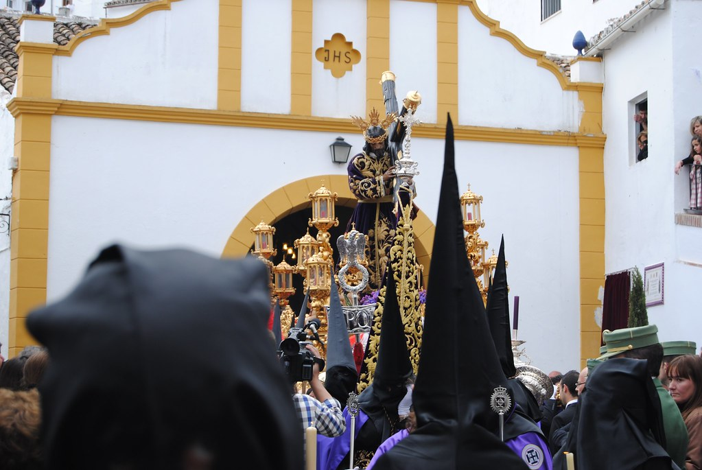 La salida de Padre Jesús de su ermita siempre va acompañada de una especial algarabía en la plaza de San Benito, donde no cabe un alfiler. FOTO: ÁNGEL MEDINA LAÍN