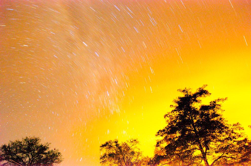 """Startrail (trazado de estrellas) realizado en la orilla del río Paraguay en una estancia al sur del país conocido como """"Zanjita"""". La larga exposición de la fotografía más algunas configuraciones de la cámara procuran un efecto diurno en esta composición. (Elton Núñez)"""