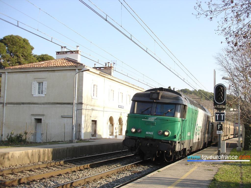 Une locomotive BB 67400 FRET SNCF en gare de Saint-Chamas