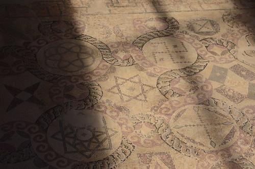Hakenkreuz, Davidsstern, Kreuz und zwei Mandalas