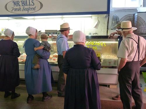 Familia amish en el Central Market de Lancaster