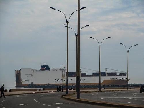Montevideo: cargo en vue passant derrière l'autoroute ! ;)