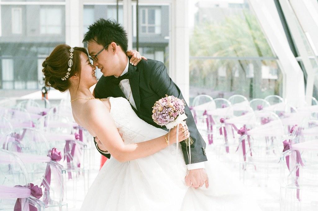 Emily's wedding / Kodak UltraMax / Nikon FM2 去年的 9/20 朋友結婚,背著行李和底片機南下新竹幫忙婚禮紀錄,那是我第一次用底片的方式拍攝婚禮。  宴客到一半我就離開了,趕著去桃園機場踏上工作前的最後一次長時間旅行。  在大阪 2 天、京都 7 天、東京 9 天,一共 18 天待在日本。旅途中竟然在一些地方遇到了認識的朋友,驚訝的看著我說「又跑來日本了!」,其實我比較驚訝!  18 天的旅行拍了很多底片,即使到了今天、一年後的今天,我還是分享不完那段旅行。  我還是很想念妳,也很想念那時候想念妳的我。一直不斷的在東京找尋回憶的場景,站在一旁大哭的我、那時候的我,只能放肆的讓自己這樣。即使到了今天、一年後的今天,還是會不時想起。  每次要去日本的時候,總是會在街上感受到日本的氣味,不明白為什麼會有這樣的現象,是心情的轉換嗎?  不管年假或是特休假,只要有工作空檔、只要心情想去,我就直接飛去日本了。或許那裡才是我可以感到溫暖的地方,即是只剩下回憶。  要回去廣島一趟,那時候在嚴島神社許了一個願望,雖然也不算真的成真,但或許就不要太強人所難了,神明也還有重要的事情要忙的!  答謝一趟!  Nikon FM2 Nikon AI Nikkor 50mm f/1.4S Kodak UltraMax ISO400 0942-0024 2015/09/20 Photo by Toomore
