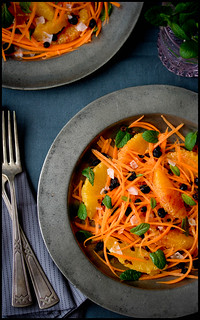Karotten-Orangensalat mit Minze, getrockneten schwarzen Johannisbeeren und Meersalzkristallen//Carrot and orange salad with mint, dried black currants and sea salt crystals