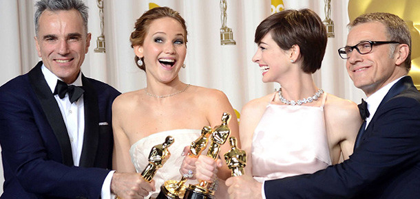 Daniel Day-Lewis, Jennifer Lawrence, Anne Hathaway e Christopher Waltz comemoram seus prêmios