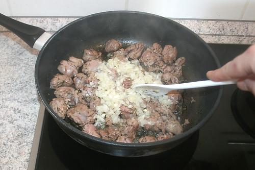 24 - Zwiebeln mit anbraten / Roast onions gently