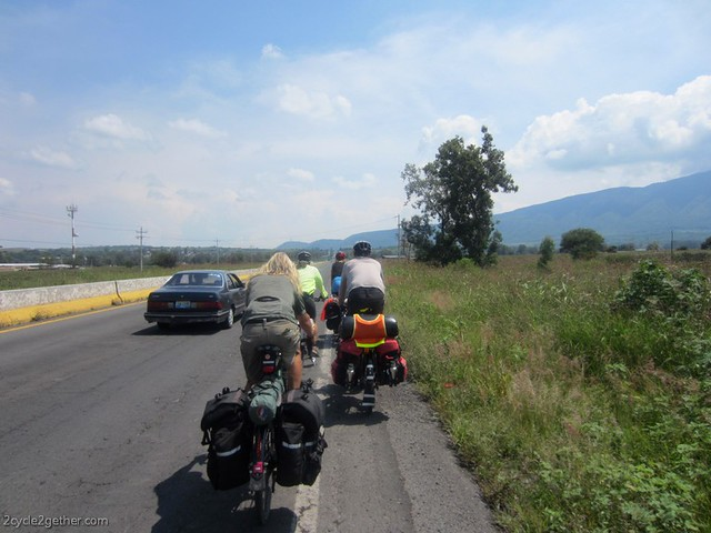 The gringo/gringa cycling train to Chapala