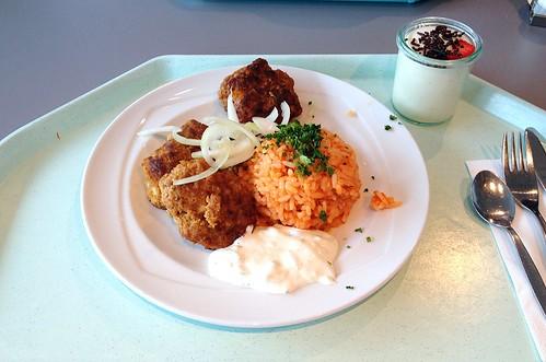 Bifteki auf Tomatenreis mit Tzatziki & frischen Zwiebeln / Bifteki with tomato rice, tzatziki & fresh onions