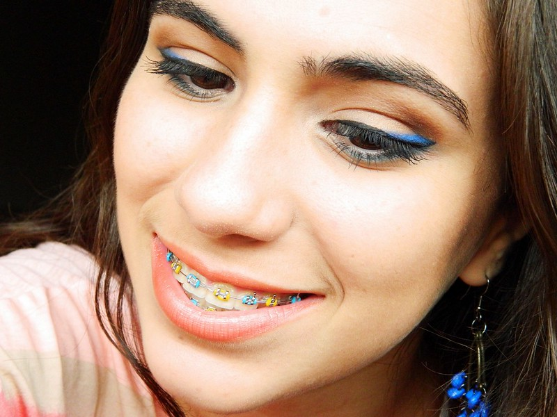 juliana leite maquiagem tutorial carnaval festa colorida toque de cor azul duplo delineado preto gatinho blog como fazer