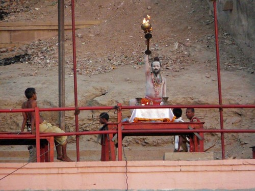 Sadhu levantando copa de fuego frente al Ganges (Benarés, India)