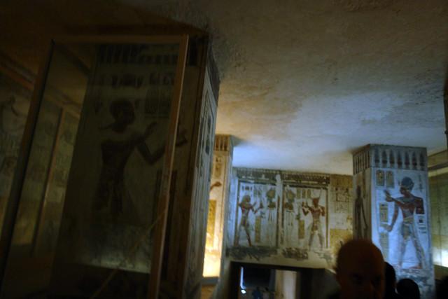 """Aunque la tumba de Ramses III sigue el mismo diseño simple de las tumbas reales ramésidas, con un eje recto, ausencia de pozo funerario y pasillos de escasa inclinación, la tumba de Ramsés III posee algunas cualidades que la hacen única en su género. Debido a que a la altura del tercer corredor los constructores se toparon con KV10 abriendo un feo boquete en el techo de ésta última, se tuvo que desplazar ligeramente y de forma paralela el eje cuando el proyecto se retomó para albergar el cuerpo de Ramsés III. Así, y para evitar otros posibles destrozos, no es de extrañar que el resto del pasillo tenga una pendiente ligeramente ascendente pese a ser algo realmente infrecuente en una tumba egipcia del Imperio Nuevo. Valle de los Reyes, enlace con la """"otra vida"""" - 8493411004 d1f13dd520 z - Valle de los Reyes, enlace con la """"otra vida"""""""