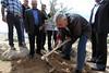 رئيس الوزراء الدكتور سلام يزرع اشجار زيتون في قرية باب الشمس - بمناسبة يوم الارض