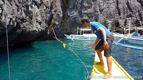 Kuya Nil dropping the anchor at the entrance of Secret Beach at El Nido, Palawan