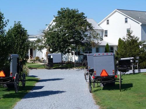 Carros amish frente a una casa en Lancaster County