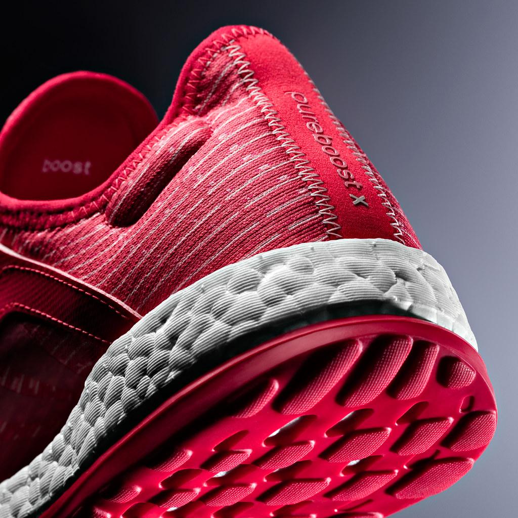 PureBOOST X 設計有輕盈且完美貼合腳型曲線,搭配以上千顆的泡棉膠囊製成的 BOOST™ 緩震泡棉鞋底,為雙腳灌注完美動能