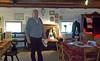 Enrique inmitten der Möbel und häuslichen Gebrauchsgegenstände seiner Vorfahren im Stockwerk der Ausstellung im Heimathaus.