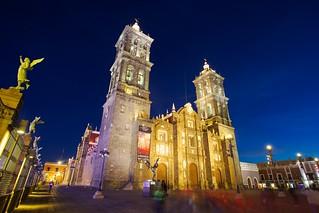 Catedral Basílica de Puebla görüntü. blue church lights cathedral dusk basilica towers structure walls puebla mexico2012