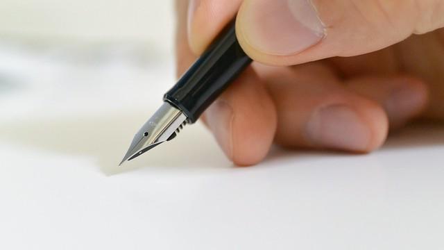 万年筆で書いてるところ