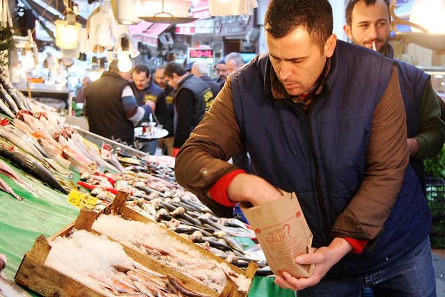 Fish store in the market street, Kadikoy, Istanbul, Turkey カドゥキョイ、市場通りの魚屋