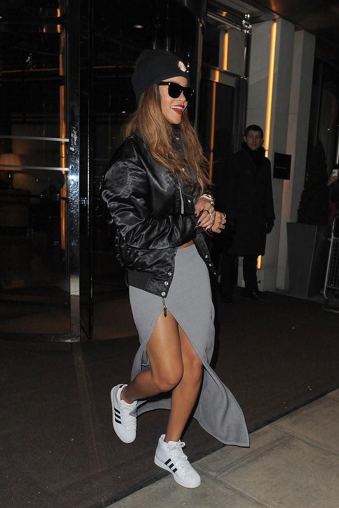 Rihanna_V_18Feb2-13_Wenn_b