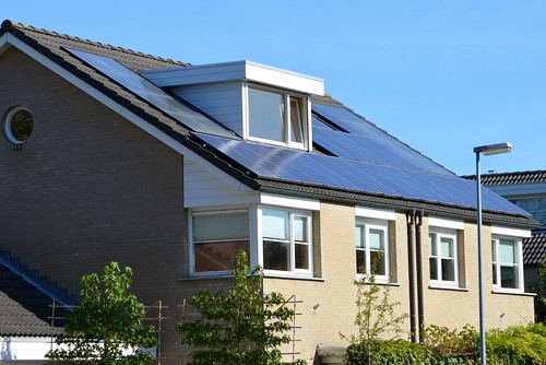rear-facing solar panels on a single-family home in the Netherlands (by: EnvironmentBlog, creative commons)