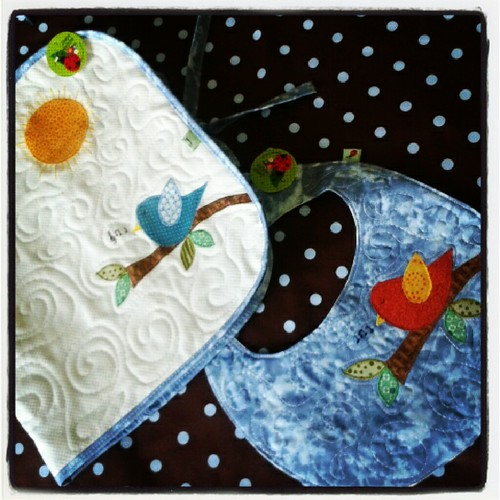 Trocador pra levar na bolsa do bebê e plastificado pra facilitar a limpeza + babador quilt! by Joana Joaninha