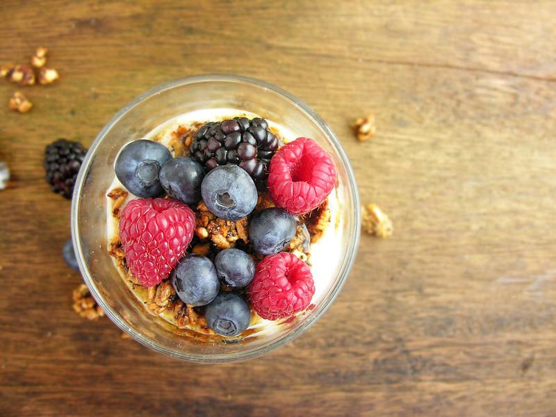iogurte caseiro, frutos secos caramelizados, frutos silvestres