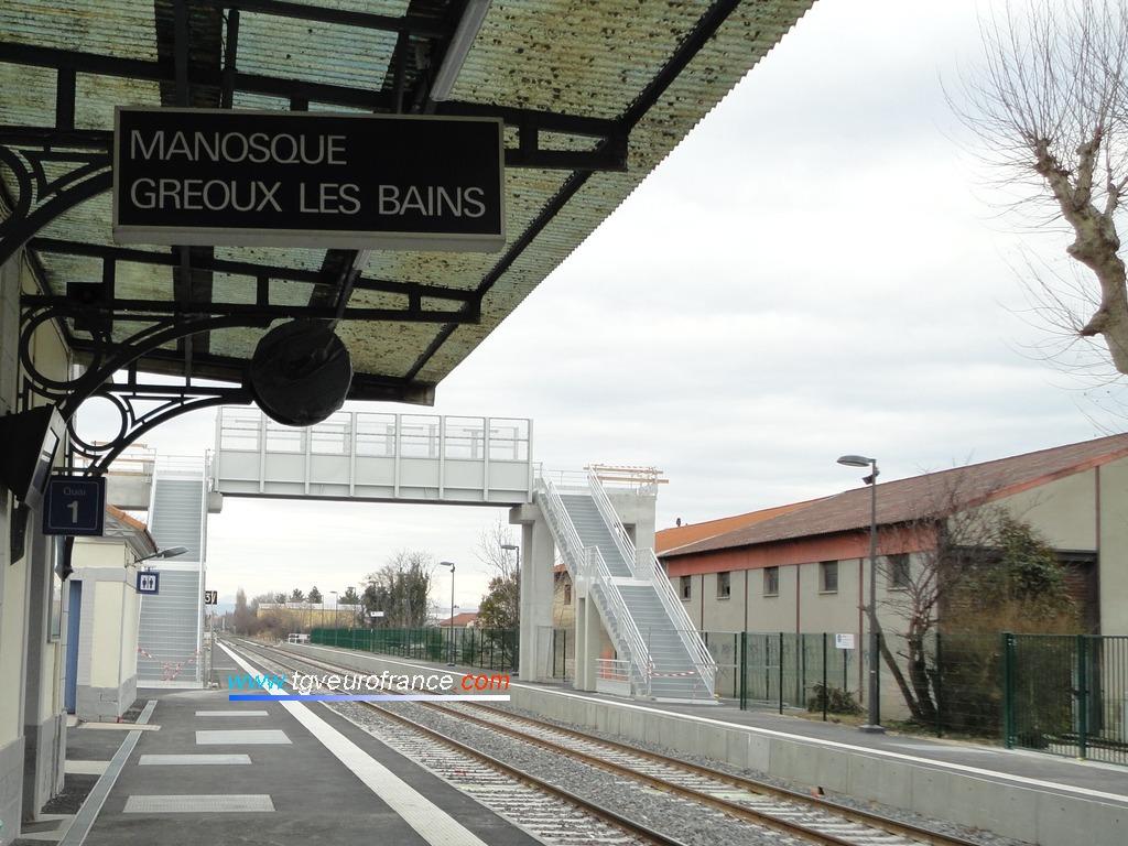 Passerelle voyageurs en cours d'achèvement enjambant la double voie non électrifiée de la ligne du Val de Durance