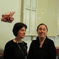 La comisaria Barbara Cortina junto a la artista Marcela Cernadas y su obras Diadema y Velamina-
